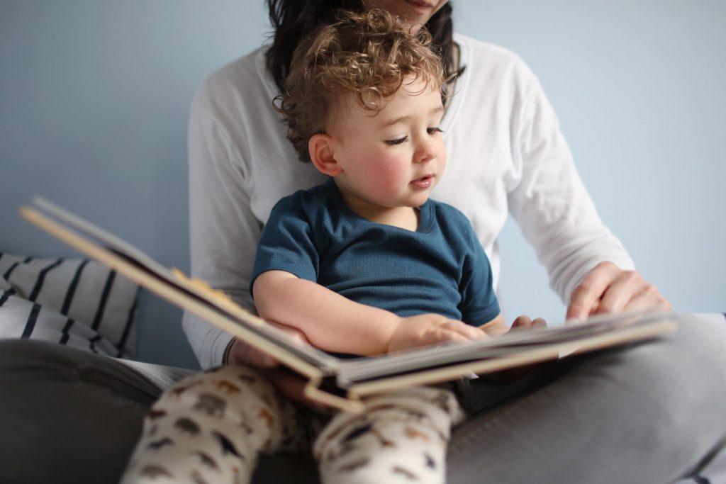 در کنار فواید زیادی که قصه گویی برای کودکان دارد، این کار توانایی خیال پردازی، تصویرسازی و تمرکز را در ذهن آن بهبود می بخشد