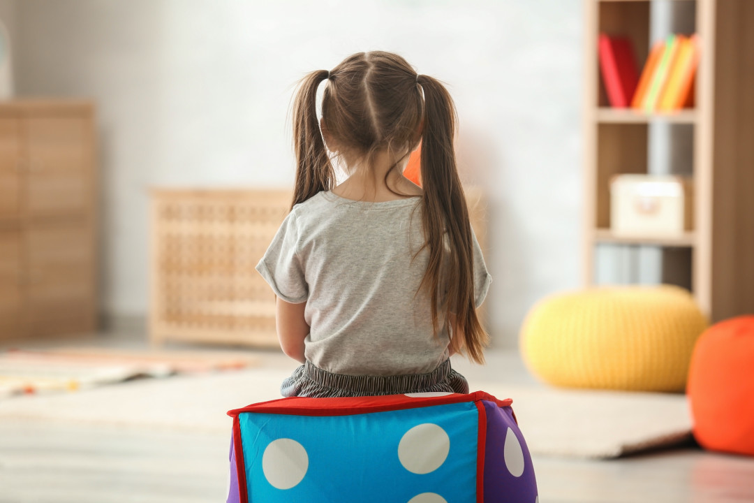 برای کودکان درونگرا تنهایی مسئله ی نگران کننده ای نیست.