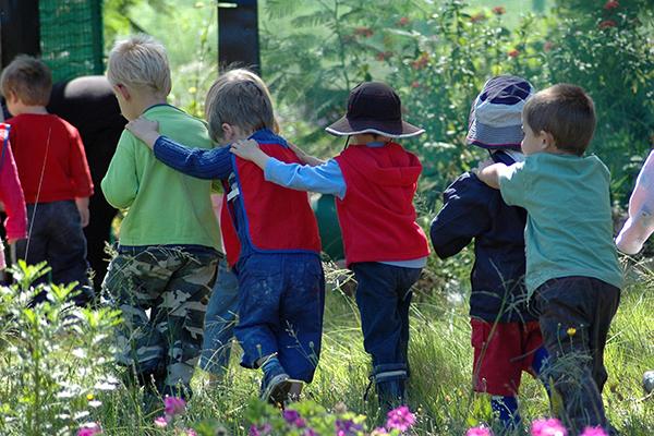 بازی انتخاب رهبر و دنبال کردن فعالیت او توسط کودک