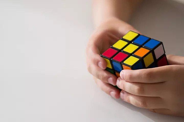 برای رشد فکر و قدرت حل مسائل کودک بهترین بازی مکعب روبیک است.