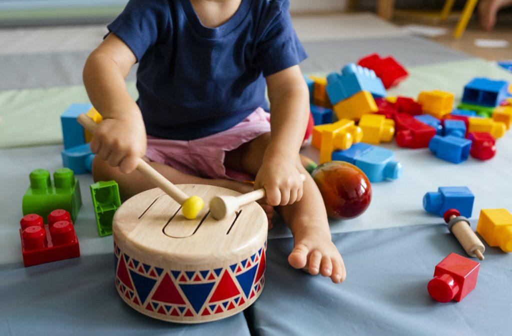 افزایش مهارت هماهنگی میان اعضای بدن از جمله مزایای بازی کودک با ابزار موسیقی است.